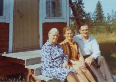 Olga ja Ville Puro sekä tytär Alli Saarinen v. 60-luvulla